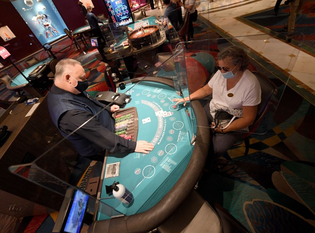 Table Game Players in Casinos Now Required to Wear Masks